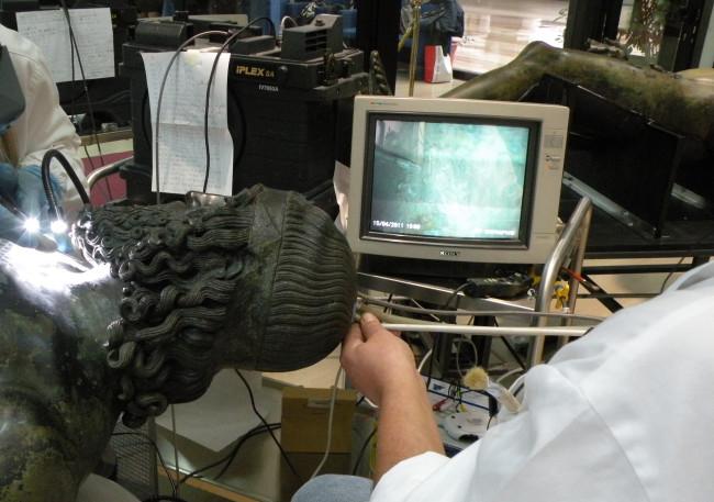 Restauri sui bronzi di Riace - pulitura in endoscopia