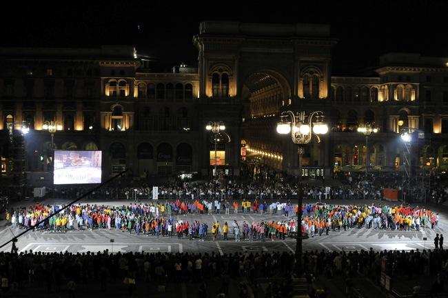 Michelangelo Pistoletto, Terzo Paradiso, Performance in Piazza Duomo, Milano