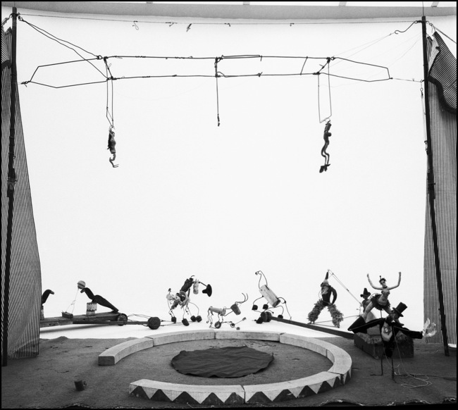 "Ugo Mulas, ""Alexander Calder, Circus"", Sachè, 1964Fotografia di Ugo Mulas © Eredi Ugo Mulas. Tutti i diritti riservati. © 2014 Calder Foundation, New York / Artists Rights Society (ARS), New York / SIAE, Rome - Courtesy Archivio Ugo Mulas - Galleria Lia Rumma Milano/Napoli"