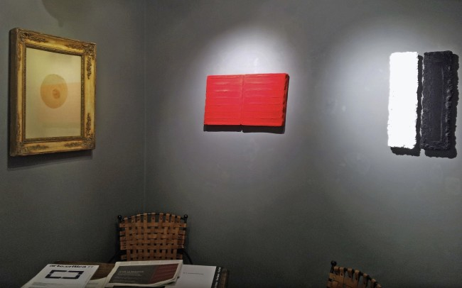 Oltre la superficie. Dallo spazialismo alla superficie. Lucio Fontana, Enrico Castellani, Agostino Bonalumi, Pino Pinelli, veduta dell'allestimento, Costantini Art Gallery, Milano