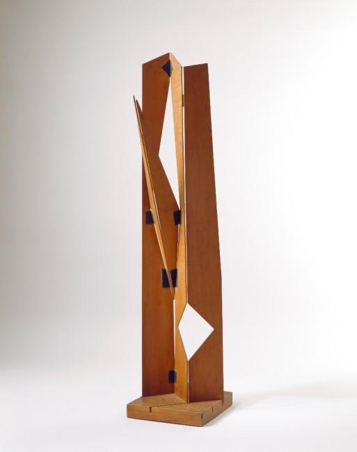 Bruno Munari, Scultura pieghevole, 1958, legno di pero e nastro adesivo nero edizione 10 su 10, 30x94 cm Courtesy Fondazione J. Vodoz e B. Danese Foto Rober