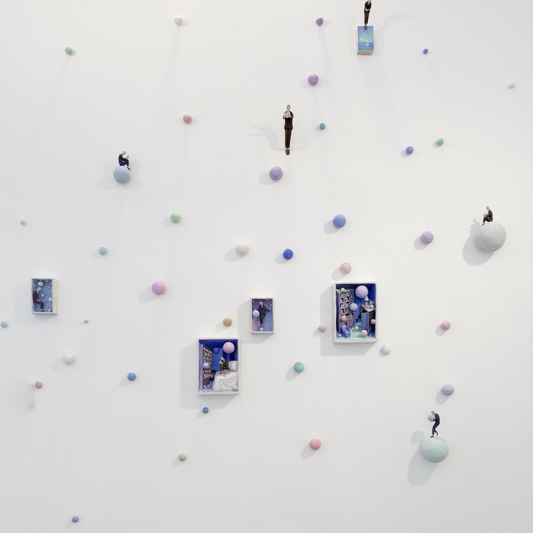 Pino Deodato, Pensierini, 2012, terracotta policroma, 400x200 cm