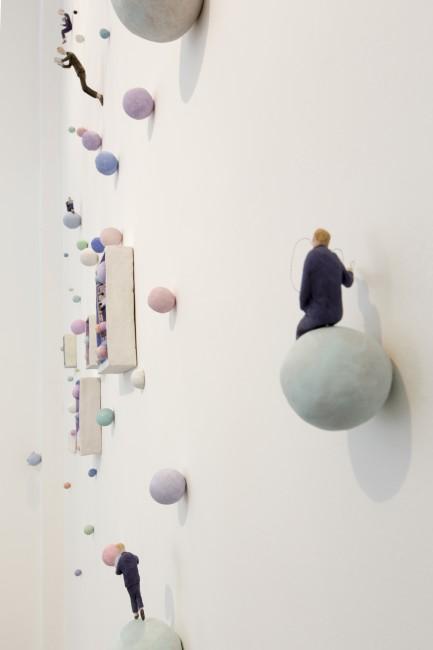 Pino Deodato, Pensierini, 2012, terracotta policroma, 400x200 cm, dettaglio dell'installazione