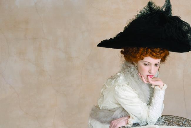 Tania Brassesco & Lazlo Passi Norberto, The Black Hat, 2010, dalla serie The Essence of Decadence.66 x 97 cm - Edizione limitataOpera presente nella collezione permanente del Muscarelle Museum of Art, Williamsburg, Virginia - USA