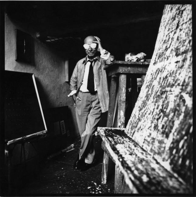 Lucio Fontana nel suo studio, 1965 circa Foto Studio Wolleh, Düsseldorf