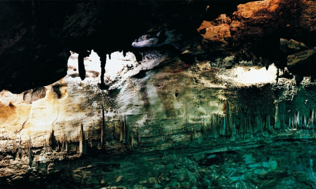 Axel Hütte, Underworld-‐3, USA dalla serie Caves, 2008, 157x237 cm Diasec © l'artista