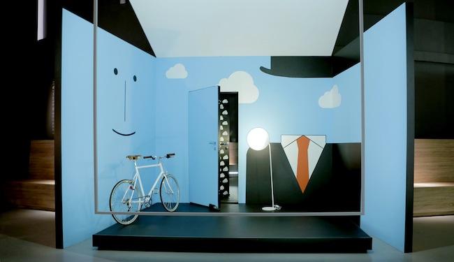 in & out, 'L'Empire des Lumières' di René Magritte è la fonte d'ispirazione dell'installazione di Nicola Gobbetto 'Sky lines'. Un ambiente in cui il dentro e il fuori coincidono. E la porta è insieme invitante varco d'accesso e sicuro limite invalicabile. L'inconfondibile silhouette dell'artista belga, impressa sulla parete, sembra controllare l'ingresso. E decidere tra il giorno, rappresentato dal cielo azzurro sulle pareti, e la notte, dichiarata dal fondale nero oltre le nuvole  design / Gardesa ASSA ABLOY porta blindata R EVO3, design Davide Crippa (Ghigos Ideas) spessore 5,4 cm. L'unica porta di sicurezza al mondo totalmente reversibile, trasformabile e customizzabile Valli&Valli ASSA ABLOY maniglia H 1049 serie Divara, design Valli Workshop Si ringrazia: Tom Dixon, la Rinascente, Ligne Roset, Tokyobike  art / Nicola Gobbetto La sua ricerca si snoda attorno alla narrativa fantastica, a miti e leggende, tra magia e esoterismo. Nato a Milano nel 1980, qui vive e lavora. Metamorfosi e trasformazione sono le parole chiave della sua produzione artistica. Autore di progetti speciali per l'arte e la moda, monta video animati che raccontano storie poetiche e surreali. In Italia è rappresentato dalla Galleria Fonti, Napoli  4 kitchen Pareti e pavimenti coincidono e un 'parquet' con una nuova natura riveste anche le superfici verticali, scomponendosi in più sfumature e colori. Le piastrelle in versione 'effetto legno' e multicolor sono il materiale scelto da Paolo Gonzato per la sua installazione 'Untitled'. Un'interpretazione astratta e creativa dell'ambiente cucina i cui rivestimenti fanno da 'tavolozza' contemporanea per una pittura in 3D. Dov'è il confine tra arte e design?  design / Marazzi pavimento e rivestimenti in gres porcellanato della collezione Treverkchic nei colori Noce americano, Noce francese (20x120 cm) e piastrelle multicolor SistemC Architettura (10x10 cm) Martinelli luce lampada L'AMICA, design Elio e Emiliana Martinelli Si ringrazia: Richard Lampert