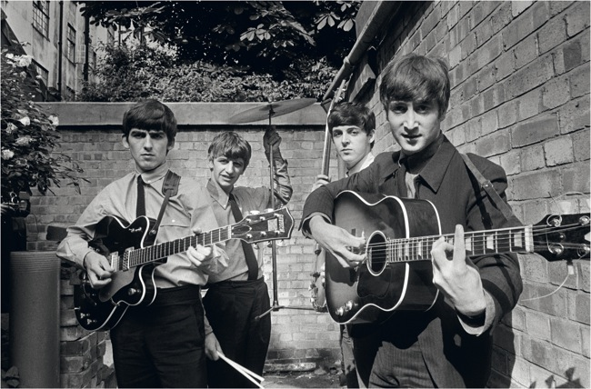 I Beatles negli Abbey Road Studios mentre registrano  il loro primo album Please Please Me  The Beatles in Abbey Road Studios recording their  first album Please Please Me   Londra / London, 1963  54,9 x 73 cm  © Terry O'Neill