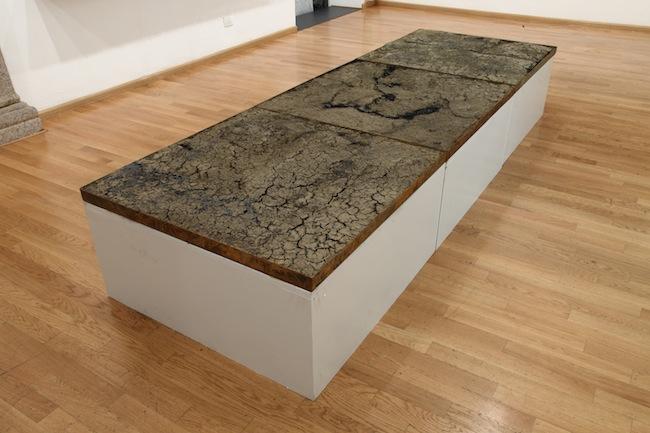 Eltjon Valle 400 kg Oil Earth - 2013  Tecnica mista, 6 pezzi 91 x 91 x 5 cm cad. / Mixed media, 6 pieces 91 x 91 x 5 cm each Courtesy Nuova Galleria Morone