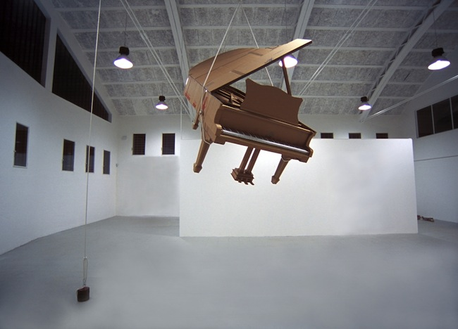 Chris Gilmour, Piano Steinway, dimensioni reali, cartone riciclato e colla, 2011, courtesy MarcoRossiartecontemporanea