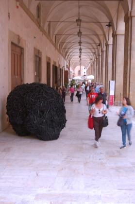 """Veduta dell'installazione di Paolo Grassino, """"Ciò che resta"""",  sotto alle Logge del Vasari, ICASTICA 2014, Arezzo"""