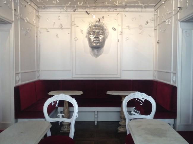 """L'opera dell'artista Matteo Pugliese, """"Serenissima Babel"""", nella sala cinese del Caffè Florian di Venezia"""