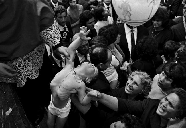 Ferdinando Scianna, FESTA DI SANT'ALFIO, CIRINO E FILADEFO, TRE CASTAGNI | 1963 | Carbon print on cotton paper | cm 50x73 | Courtesy of Artistocratic