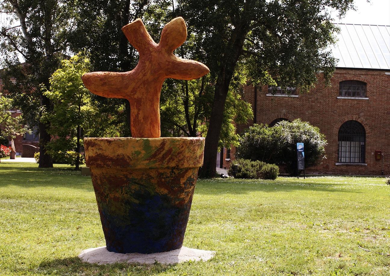 Marica Moro, Genesis 2, 2014, terra cruda, ferro, legante e pigmenti naturali, 300 cm di ltezza e 145 cm di diametro