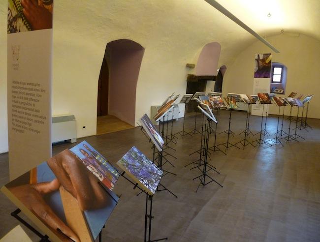 """Patrizia Scarzella, installazione """"Women's Hands"""" , 2014, Castello dei Del Carretto, Saliceto. Foto di Martina Fornace"""