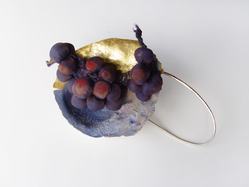 Akis Goumas GR, Thera, spilla, argento, seta, foglia d'oro, pigmenti 2014