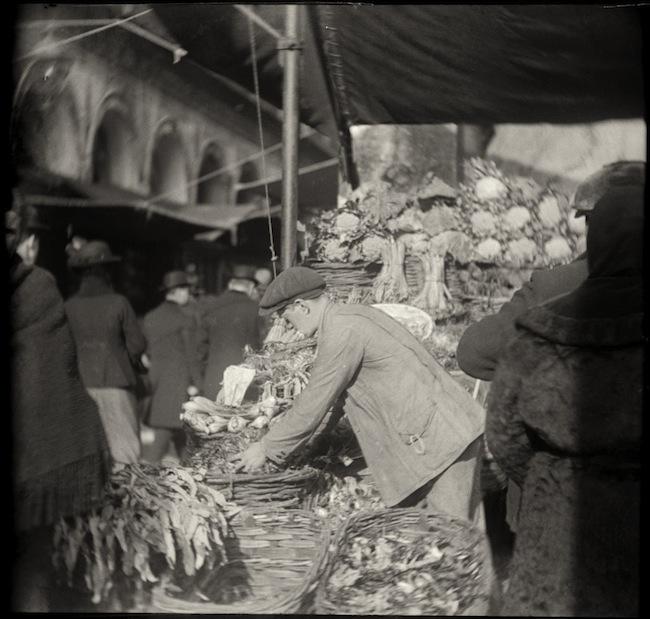 Sguardi incrociati a Venezia, una delle foto di Mariano Fortuny