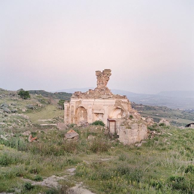 Quattro, TerraProject Photographers, Gibellina Vecchia, maggio 2009. Resti di una abitazione a 20 chilometri dalla città nuova.