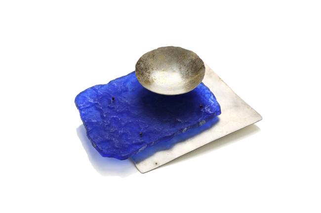 Maria Rosa Franzin, spilla, resina e oro, Collezione Permanente Courtesy Fondazione Cominelli / AGC