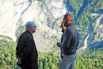 Marc Augé in visita ai luoghi di Dolomiti Contemporanee conil curatore Gianluca D'Incà Levis, courtesy Dolomiti Contemporanee