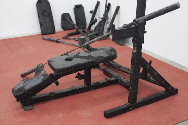 Nick van Woert, Bench Press, 2012 (particolare) scorie di carbone 190.5 x 304.8 x 266.7 cm courtesy l'artista e Yvon Lambert, Paris