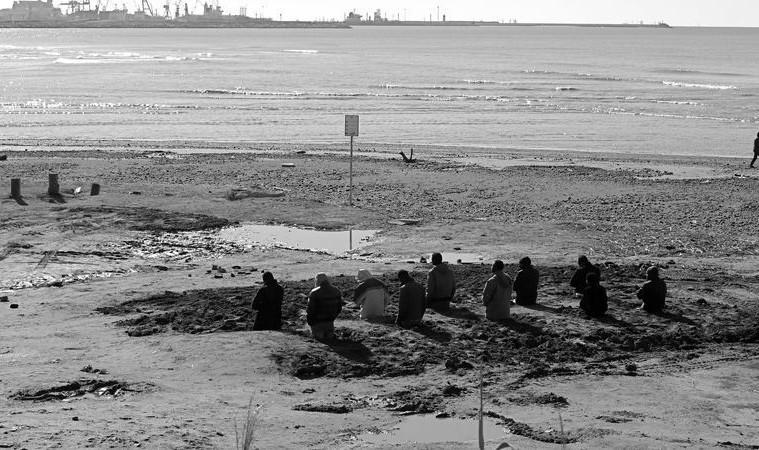Santiago Serra, Enterramiento de diez trabajadores, Calambrone, Italy, February 2010, 6 b/w photographs, 100x177 cm each