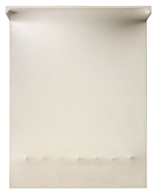 Enrico Castellani, Superficie bianca n.5, 1964, acrilico su tela, cm 146x114x30, n.archivio 64-002. Courtesy Tornabuoni Arte