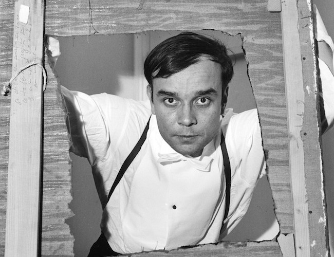 "Yves Klein nel 1957 dentro il ""monochrome troué""  del 1957  Photo: Shunk-Kender © Roy Lichtenstein Foundation"