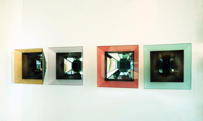 Chiara Dynys, Doppia Stella, 2014, vetro, acciaio e colore, 50x50x35 cm ciascuna