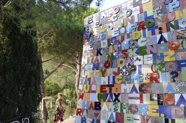 Judit Török, Check-point Babel, 2013 (opera sul muro d'ingresso della galleria). Foto di Ferenc Sziraki