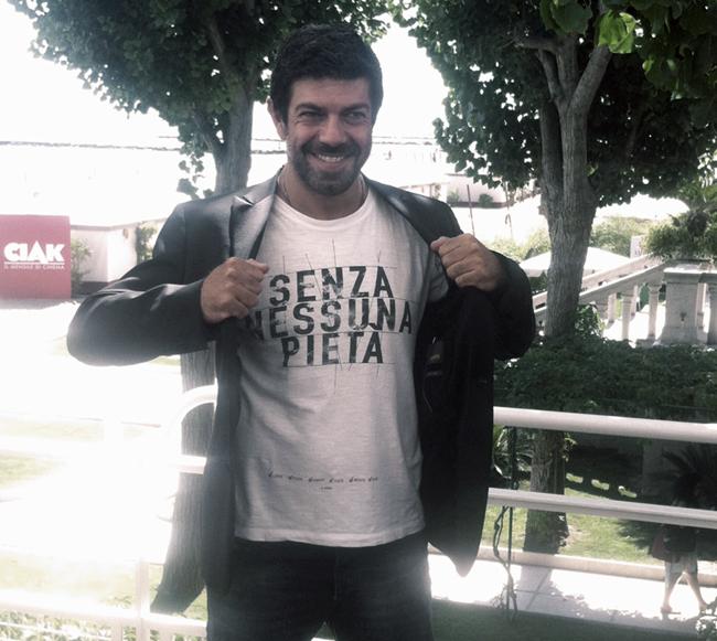 Favino con T-shirt Happiness -snp