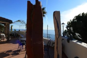 Dettaglio Terrazza panoramica con collezione Gabriela Nepo-Stieldorf, Steli Pierluigi Cattaneo, Attesa