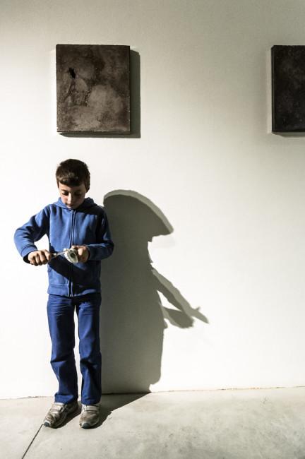 """Casso, residenti del paese (Enrico) nella performance """"conchiglie"""" di Alessandro Piangiamore, foto giacomo de donà"""