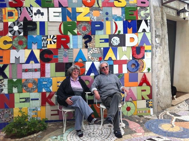 Judit Török e Carlo Maglitto davanti all'opera Check-point Babel,  2013 (omaggio a Boetti). Foto di Gianfranco Daniele