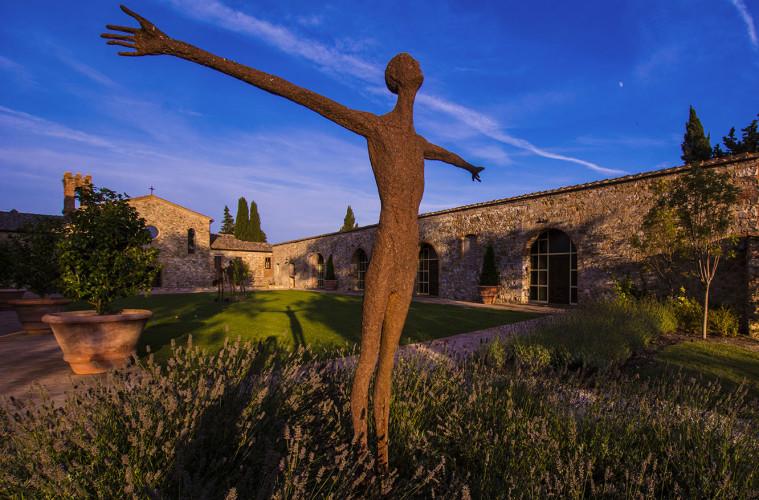 G. Moroder, Eccomi, installazione site specific Castello di Casole, Siena