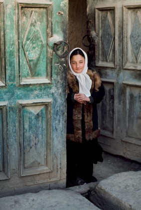 Steve McCurry, Ragazza sull'uscio, Afghanistan, 2006