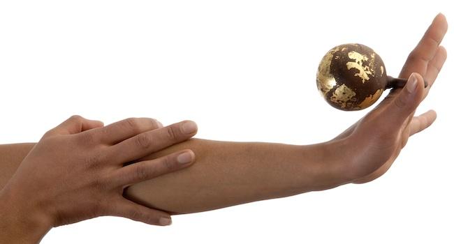 Barbara Uderzo  BIJOUX-CHOCOLAT boules, anello, cioccolato fondente, foglia d'oro puro, foto Augusto Collini