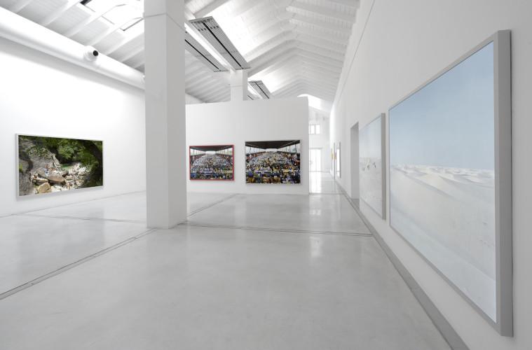 Massimo Vitali, veduta dell'allestimento, 2014, Studio La Città, Verona