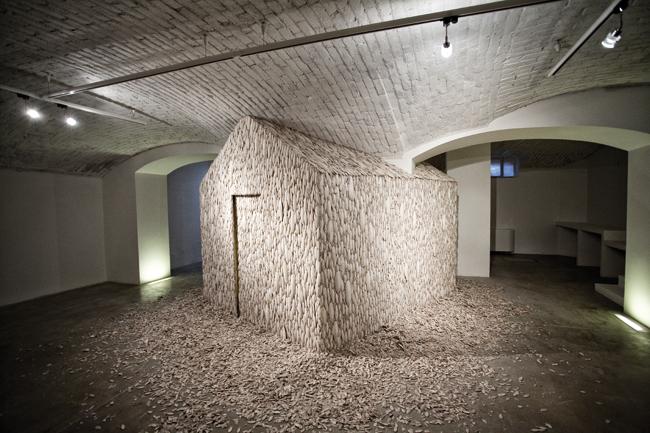 Tamara Ferioli, Heimaey, 2014, ossi di seppia, legno, sonoro, foto Marco Mignani, post produzione audio Alessandro cremonesi