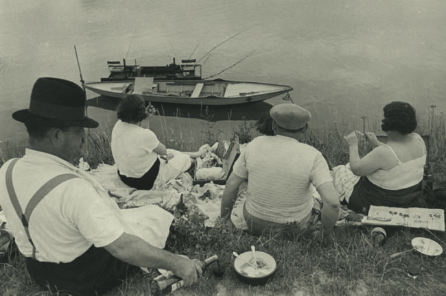 Domenica in riva alla Senna, Francia, 1938. © Henri Cartier-Bresson/Magnum Photos-Courtesy Fondation HCB