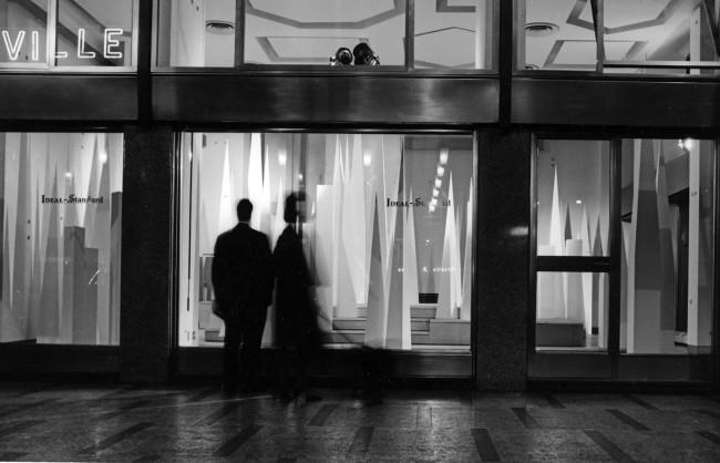"""Veduta inaugurazione """"Espressioni"""" show room Ideal Standard a Milano 1966 @ Gio Ponti Archives"""