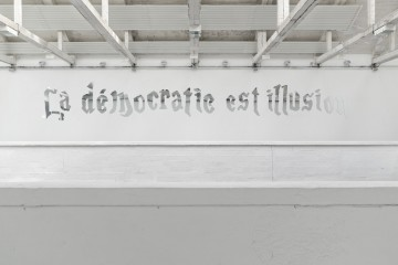 Goldschmied&Chiari, La Démocratie est Illusion, 2014 mirrored prexiglass shaped writing, 13,75 mt Centro d'arte contemporanea Passerelle, Brest © Aurélien Mole, 2014