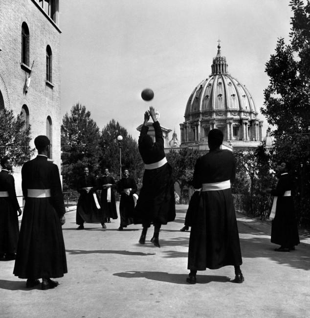 David Seymour, Seminaristi di colore giocano a pallavolo. Vaticano, Italia, 1949 © David Seymour / Magnum Photos