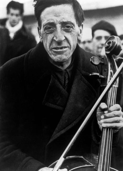 Robert Capa, Ex membro della Barcelona Philharmonic al campo di concentramento per rifugiati spagnoli. Bram, France. Marzo 1939 © Robert Capa / International Center of Photography / Magnum Photos
