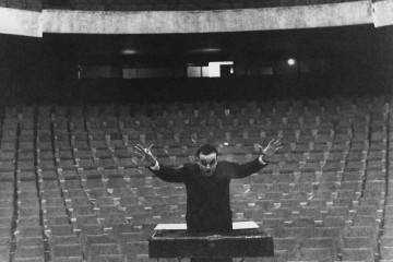 Yves Klein che dirige la sua Symphonie Monoton-Silence di fronte ad un'orchestra immaginaria, Gelsenkirschen's Opera House, 1959 © Yves Klein / ADAGP, Paris 2014