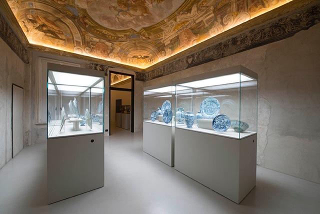 """Museo della Ceramica, Savona, Sala 2 Ceramiche in stile """"istoriato barocco""""(seconda metà del XVIII secolo), attribuite a Bartolomeo Guidobono, allestite sotto l'affresco dello stesso artista raffigurante: Il Carro del sole Credito fotografico: Fulvio Rosso"""