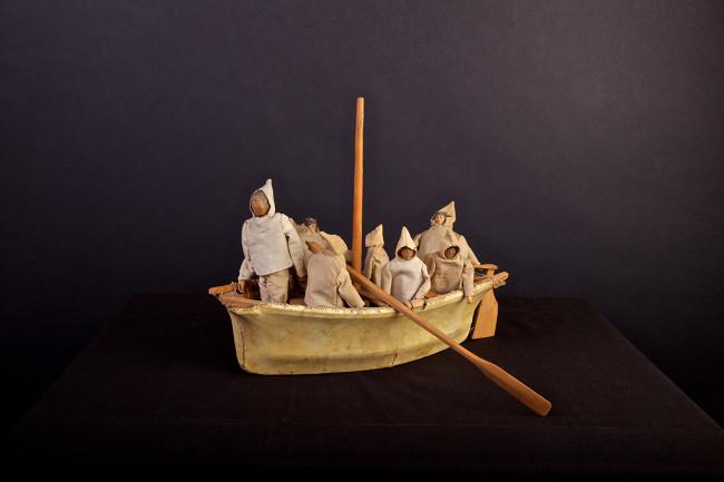 Modellino di Umiak, imbarcazione femminile, Groenlandia, ante 1951, legno, pelle, stoffa, 33x30x17 cm, Museum der Kulturen Basel, IVa 2302 © SchPhoto