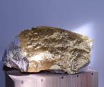 Cosimo Terlizzi, Pietra d'oro, 2014, scultura, pietra e fogli d'oro, 30x15x10cm Courtesy Traffic Gallery, Bergamo
