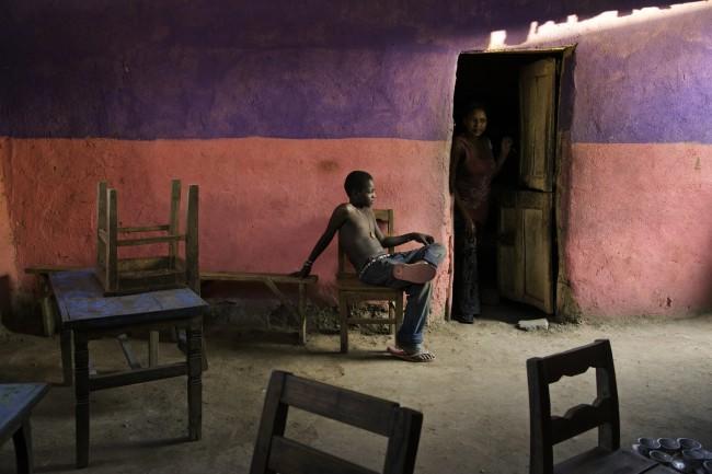 Steve McCurry, Un ragazzo seduto su una sedia, Omo Valley, Ethiopia, 2013 © Steve McCurry