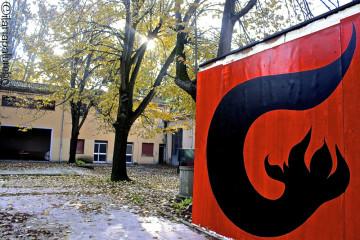 Cortile dello Spazio Grisù con il logo realizzato da Cuoghi Corsello
